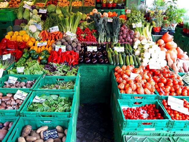 Фрукты и овощи на рынке Виктуалиенмаркт