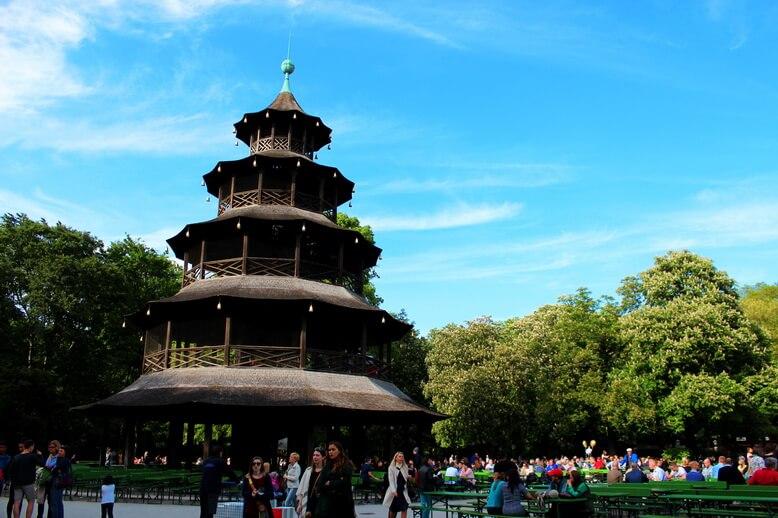 У Китайской башни в Английском саду расположен самый известный биргартен