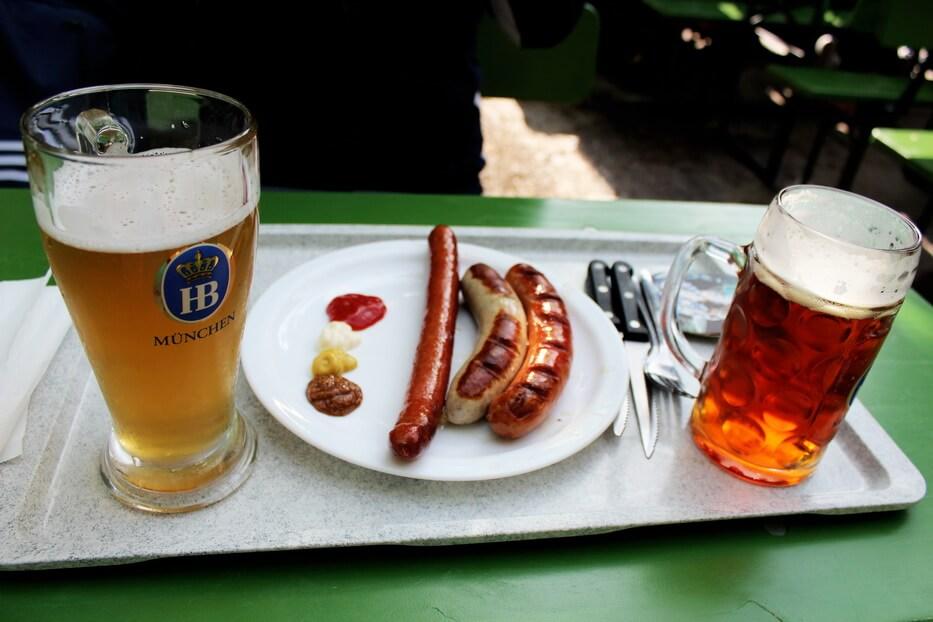 пиво и сосиски в биргартене английского сада