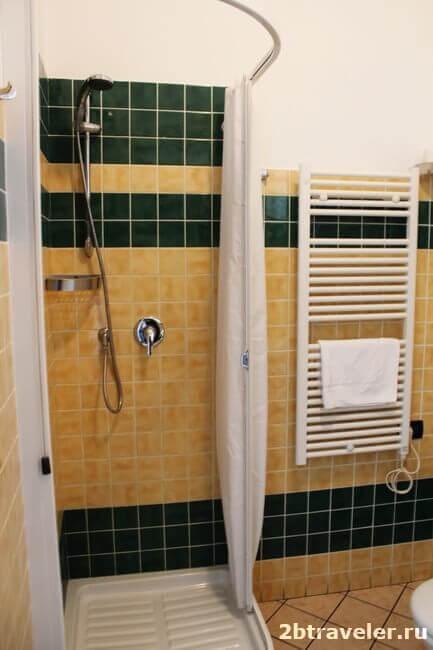 душ в комнате отеля chopin