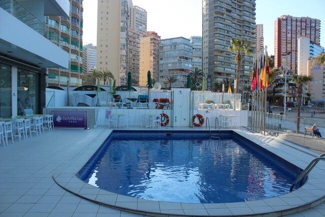 бассейн в отеле brisa