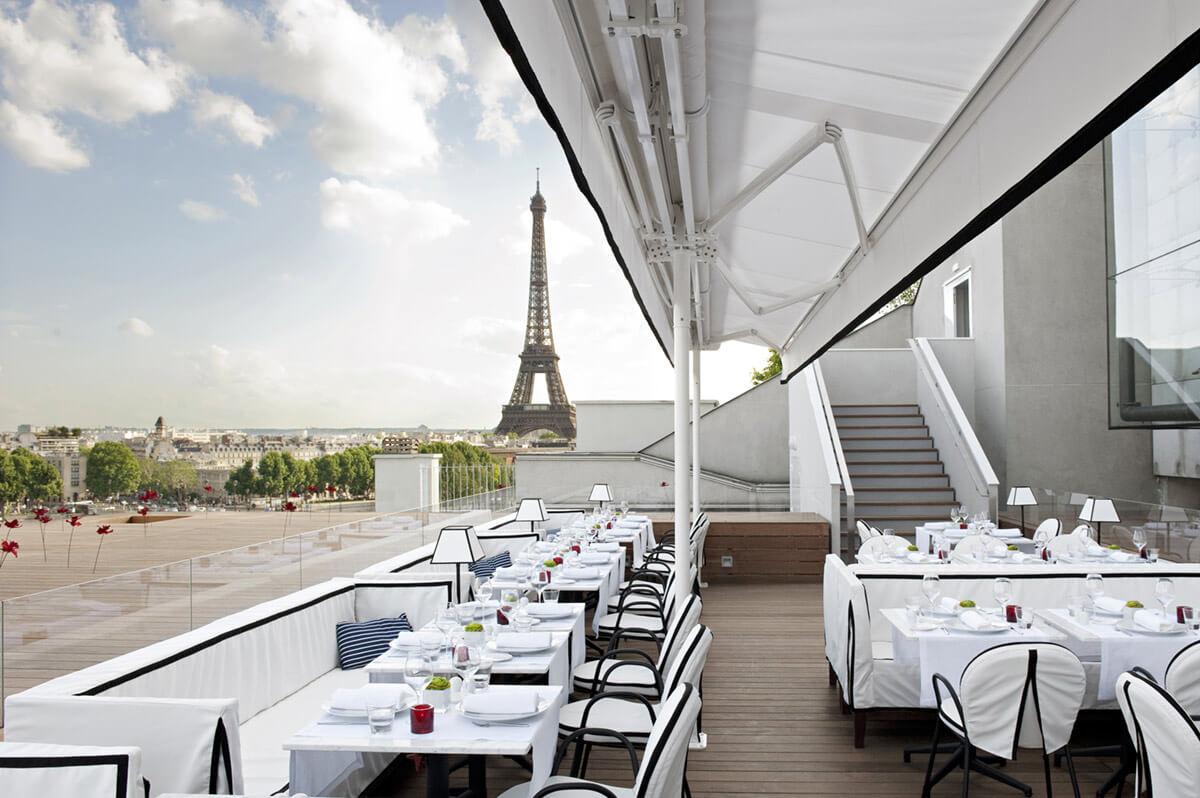 французский ресторан с видом на эйфелеву башню